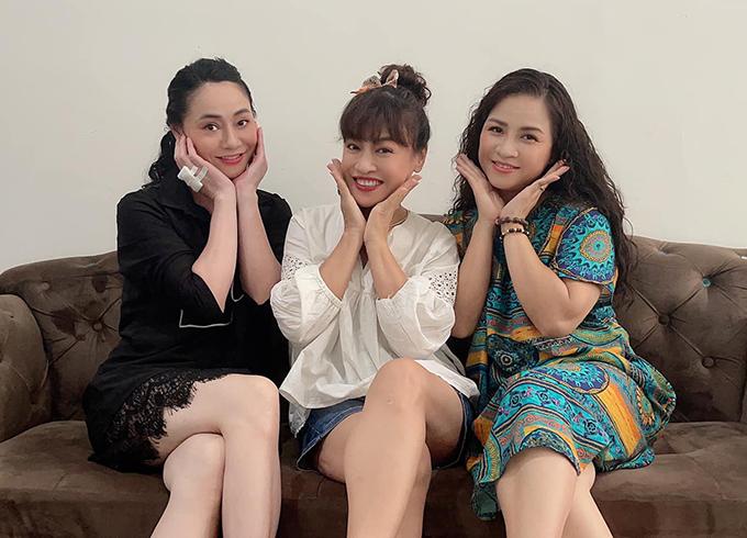 Ba nghệ sĩ hay đùa với nhau rằng họ đã đủ gạch đá để xây biệt thự khi vào vai ba bà mẹ đáng ghét nhất phim Hương vị tình thân của đạo diễn Nguyễn Danh Dũng.
