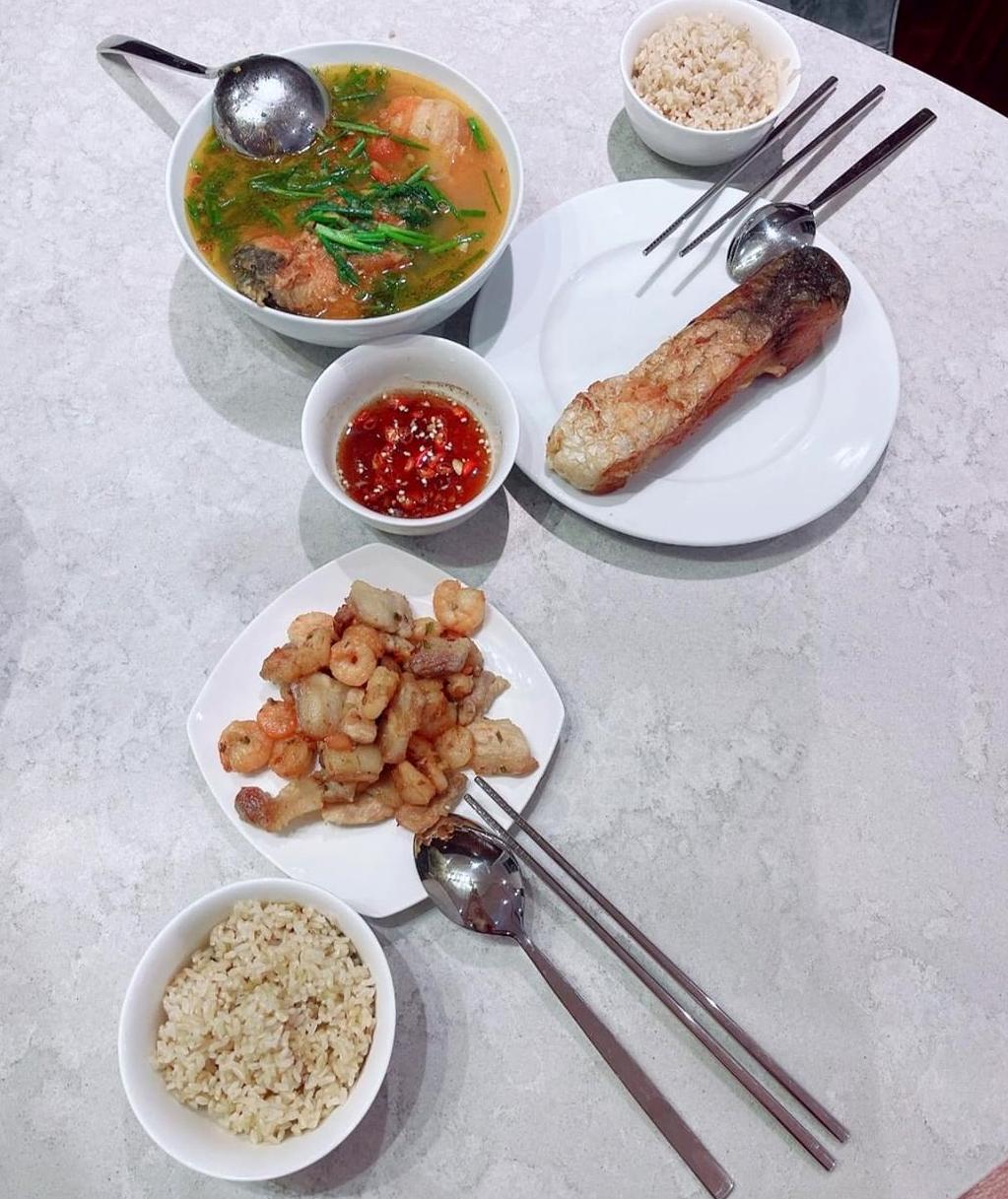 [Caption] cá rán canh chua cá, tôm thịt cháy canh, cơm gạo lức