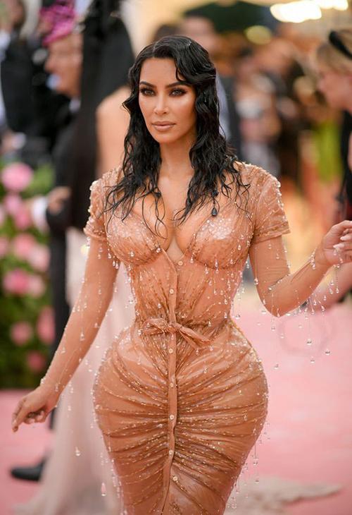 Để chiếm spotlight tại sự kiện thời trang nổi bật của làng mốt thế giới, Kim không chỉ chọn váy ôm đơn thuần mà còn nhờ sự hỗ trợ của bộ corset thiết kế riêng để tạo nên cấu trúc mới cho hình thể của cô.