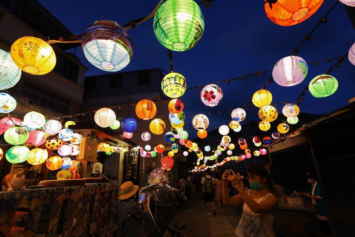 2.500 chiếc đèn lồng được làm bằng tay đã thắp sáng làng chài Tai O (Hong Kong). Năm nay, hơn 200 người đã tham gia vào lễ hội đèn lồng ở làng Tai O. Mỗi chiếc đèn đều được sản xuất và trang trí hoàn toàn thủ công, mang lại một hình ảnh độc đáo, đặc biệt, hiếm nơi nào ở Hong Kong có được.