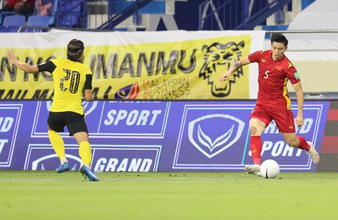 Văn Hậu đá chính cho tuyển Việt Nam trong trận thắng Malaysia 2-1 ở vòng loại thứ hai World Cup 2022 hôm 11/6. Ảnh: Lâm Thoả