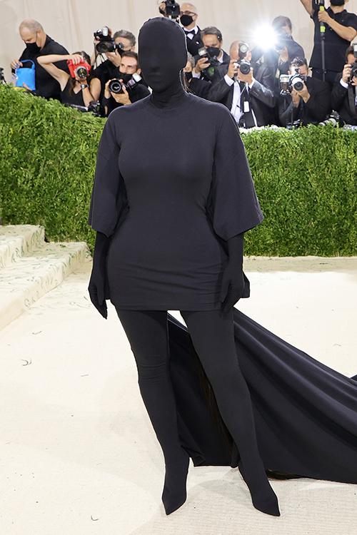 Mặc dù không diện váy xuyên thấu như em gái và nhiều nghệ sĩ nữ, nhưng nhờ ý tưởng độc đáo Kim Kardashian vẫn là nhân vật được khán giả nhắc đến nhiều nhất tại Met Gala 2021.