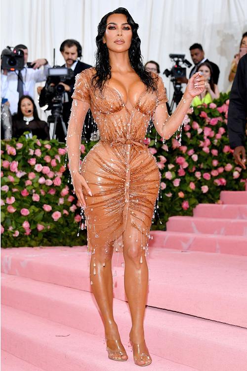 Hình ảnh Kim Kardashian chèn ép đường cong trong bộ đầm nude trong suốt đính đá mô phỏng giọt nước được xem là đỉnh cao của cô qua nhiều mùa Met Gala.