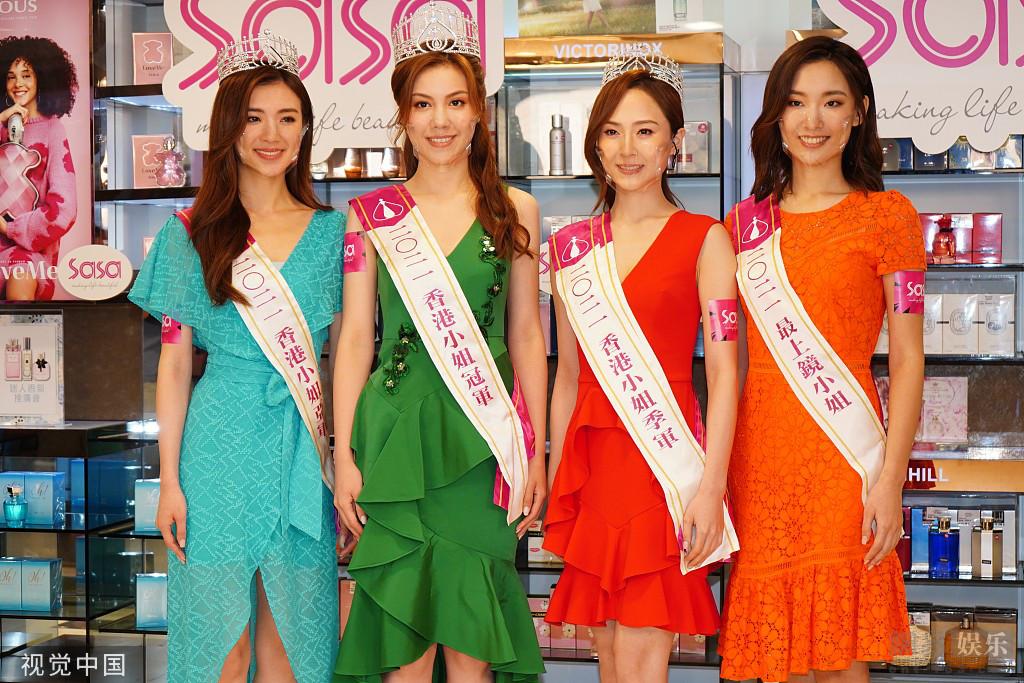 Thiệu Sơ (thứ hai từ phải sang) chụp hình cùng Hoa hậu, các Á hậu của Miss Hong Kong 2021 tại sự kiện ngày 15/9. Ảnh: 163