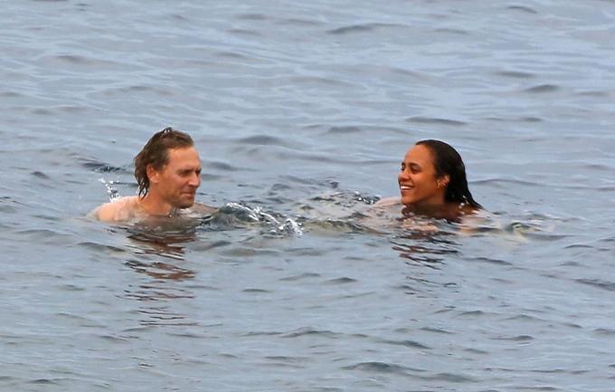 Tom Hiddleston từng có cuộc tình ồn ào với nữ ca sĩ Taylor Swift năm 2016 nên từ đó anh rút kinh nghiệm giữ đời tư kín đáo hơn.
