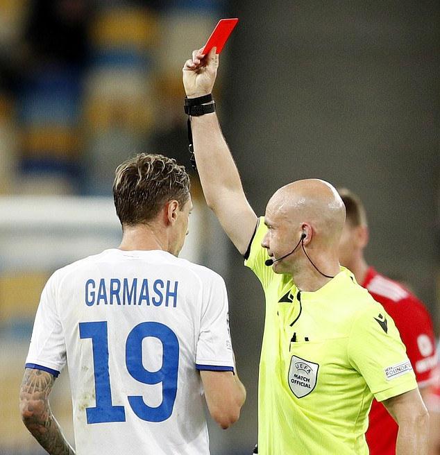 Trọng tài Anthony Taylor giơ thẻ đỏ phạt Garmash vì tưởng rằng anh đã nhận hai thẻ vàng trong trận. Ảnh: Reuters