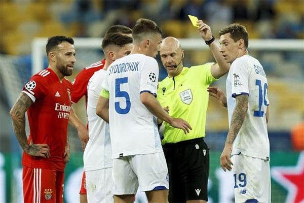 Trọng tài người Anh nhận ra sai lầm, thu hồi thẻ đỏ chỉ phạt thẻ vàng Garmash. Ảnh: Mirror