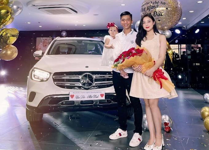 Văn Đức và vợ con nhận xe mới. Ảnh: VNL