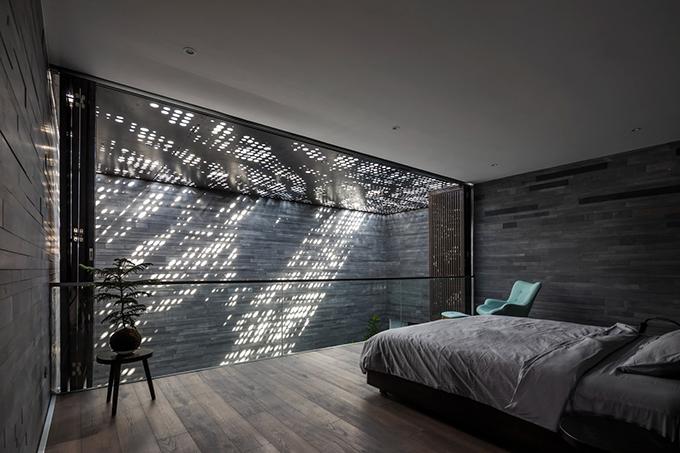 Ở phòng ngủ nhìn ra được khoảng thông tầng, có cửa để tránh nắng khi cần thiết.