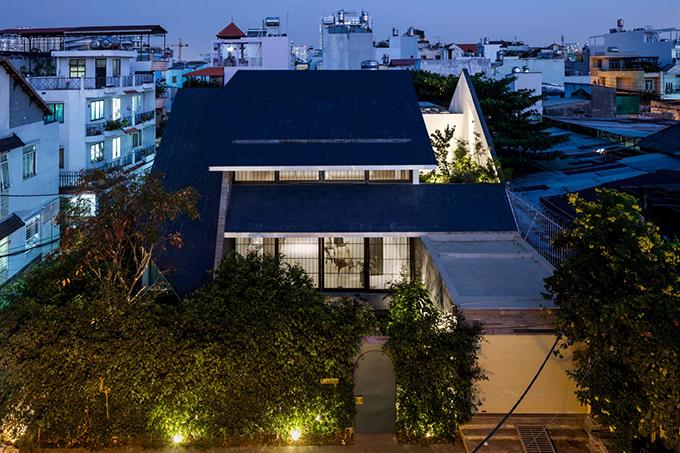 Công trình có diện tích xây dựng 418 m2, được hoàn thiện bởi 23o5studio của KTS trưởng Ngô Việt Khánh Duy vào năm 2018. Hàng rào cây xanh, những tán cây lớn bao bọc khiến công trình như thấp thoáng, ẩn hiện giữa thiên nhiên xung quanh.