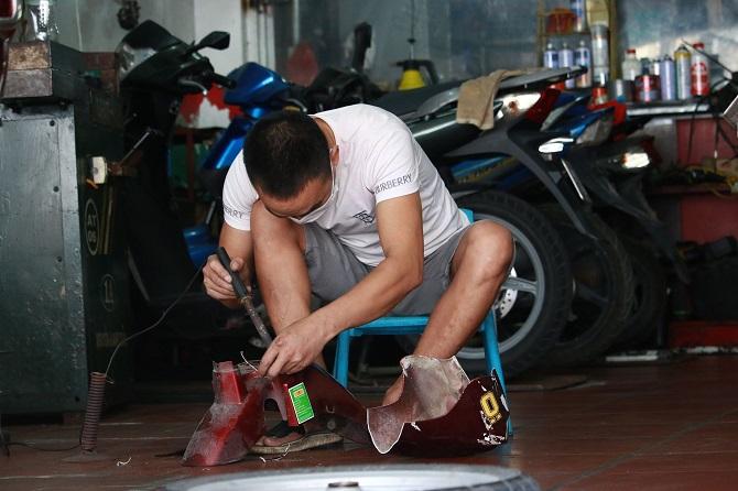 Ngày khi mở cửa, anh Thái đã đón được nhiều khách hàng đến sửa xe. Ảnh Nguyễn Ngoan