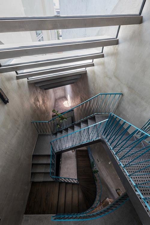 Mái dốc bố trí theo cầu thang giúp nhà ống đón nắng, tránh ẩm mốc.