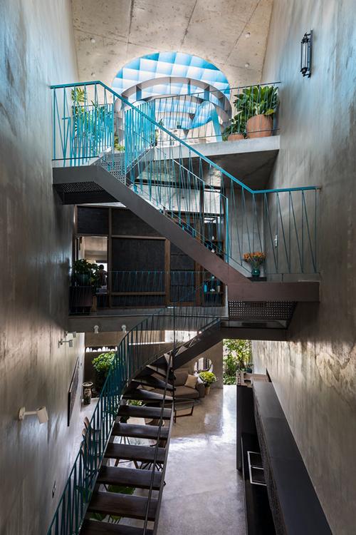 Cầu thang cũng là điểm nhấn của công trình với sự sắp xếp ngẫu hứng.