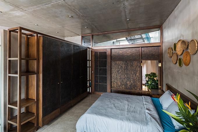 Phòng ngủ với điểm nhấn là các mẹt gắn tường. Nội thất mang phong cách của những năm 1990.