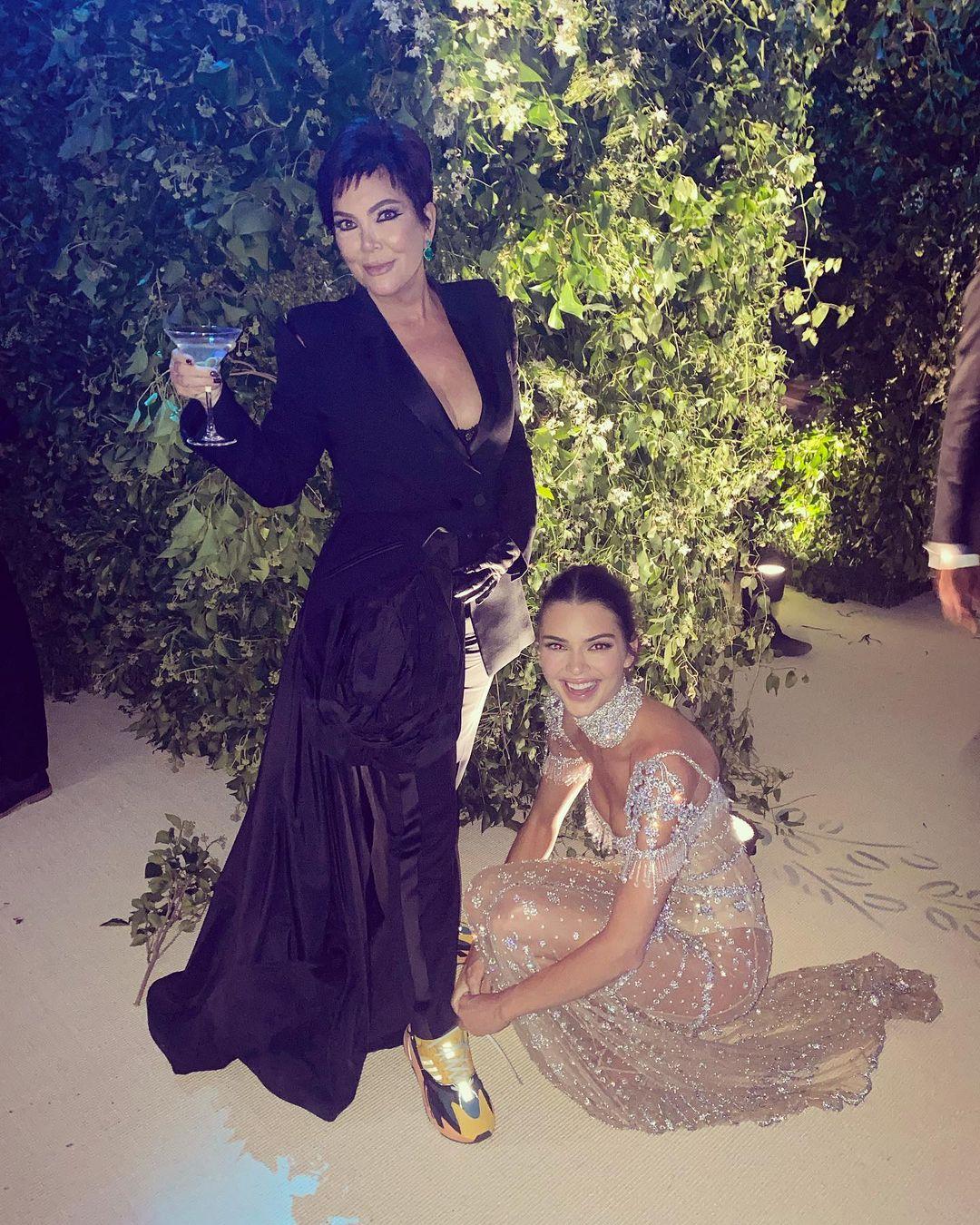 Kendall Jenner tận tình phục vụ mẹ tại Met Gala.