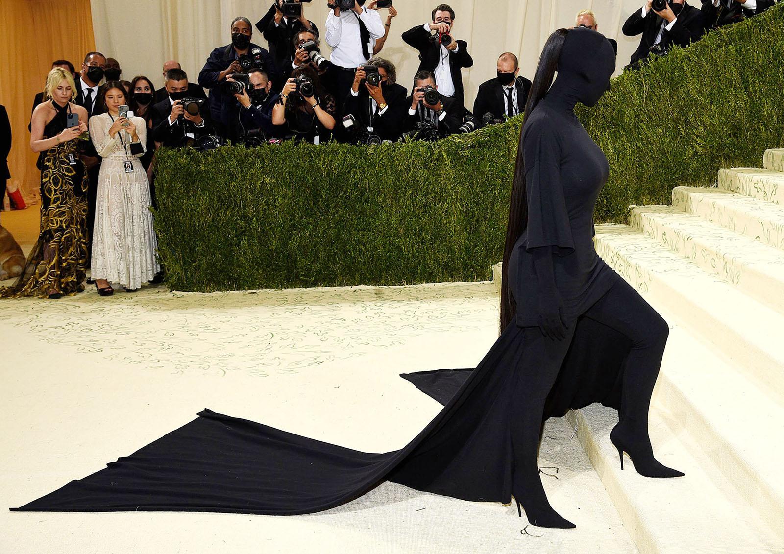 Kim Kardashian như chiếc bóng trên thảm đỏ Met Gala.