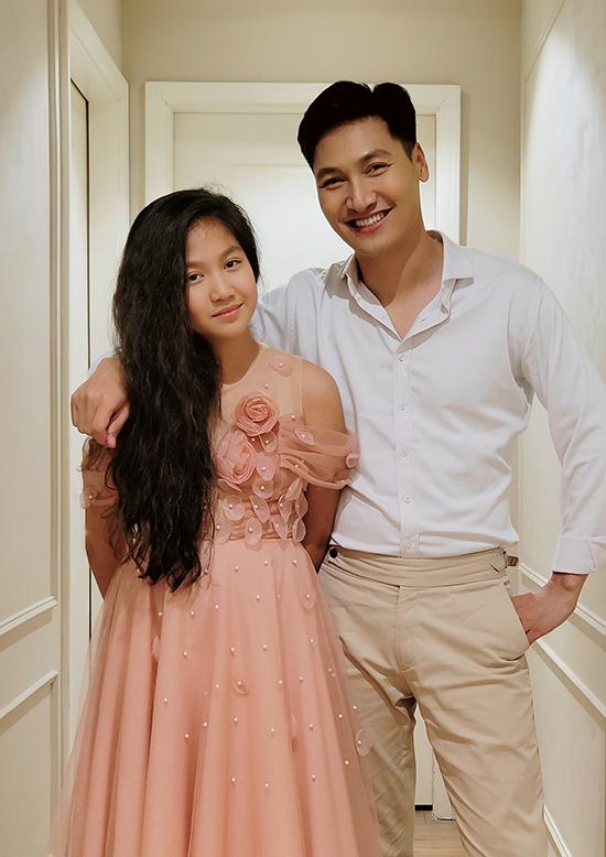 Khi Mạnh Trường khoe ảnh đứng bên con gái, nhiều đồng nghiệp của anh như Bảo Thanh, Thanh Hương, Nguyệt Hằng... đều bất ngờ trước sự trưởng thành của bé Chíp và trêu nam diễn viên phải chuẩn bị tinh thần tuyển rể.