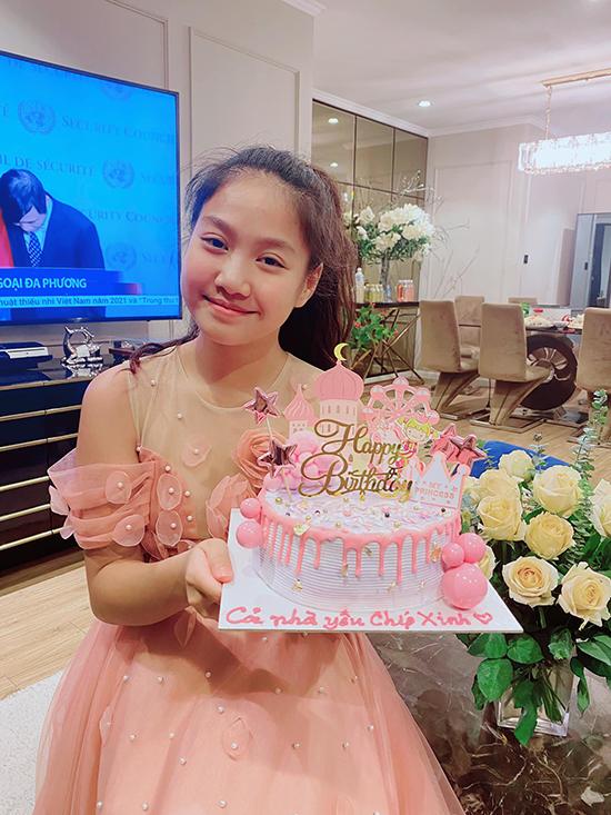 Chíp tên thật Nguyễn Phương Linh, đón sinh nhật 12 tuổi hôm 16/9 với bữa tiệc giản dị tại nhà. Năm nay, con gái Mạnh Trường lớn bổng, ra dáng thiếu nữ và được nhiều người khen nhiều tiềm năng trở thành mỹ nhân tương lai.