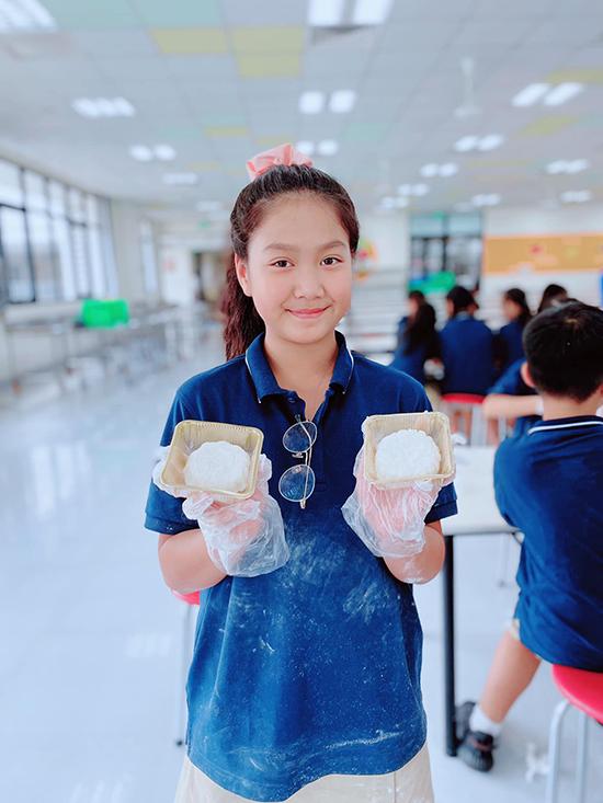 Ngoài những lúc tạo dáng như người mẫu, Chíp rất nhí nhảnh, dễ thương. Cô bé hiện học ở một trường quốc tế, không chỉ học giỏi mà còn năng nổ tham gia các hoạt động ngoại khóa.