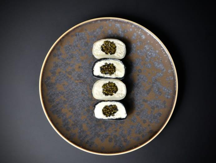 Bánh trung thu nhân trứng cá muối của Royal Caviar Club. Ảnh: Royal Caviar Club.