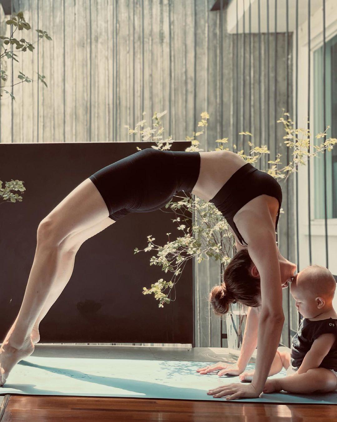 Tập yoga từ nhiều năm nay nên Hồ Ngọc Hà có thể thực hiện nhiều động tác khó.