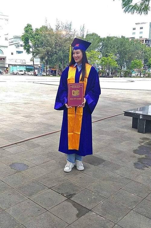 Ảnh Kim Duyên mặc trang phục cử nhân, cầm bằng tốt nghiệp thực chất chỉ là ảnh quảng bá tuyển sinh.