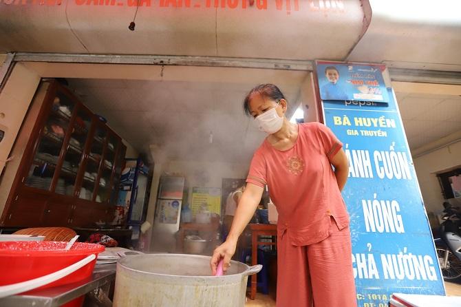 Bà Huyền chuẩn bị mẻ bột sau 2 tháng nghỉ bán hàng. Ảnh: Nguyễn  Ngoan