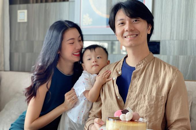 Á hậu Thuý Vân cùng con trai mừng sinh nhật ông xã.  Dù sinh nhật đơn giản nhưng quan trọng nhất là gia đình mình được ở bên nhau và có những giây phút đặc biệt đúng không ạ? , á hậu chia sẻ.