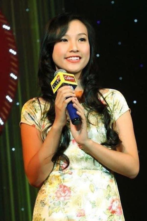MC Hoàng Oanh chia sẻ ảnh lần đầu cầm mic năm 17 tuổi. Nữ MC hiện có cuộc sống hạnh phúc tại Singapore cùng ông xã và con trai.