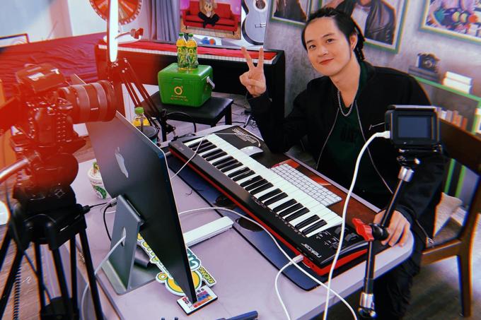 Ca sĩ Thanh Duy idol làm phòng thu tại nhà với mong muốn sẽ có thêm nhiều sản phẩm âm nhạc mới gửi đến khán giả.