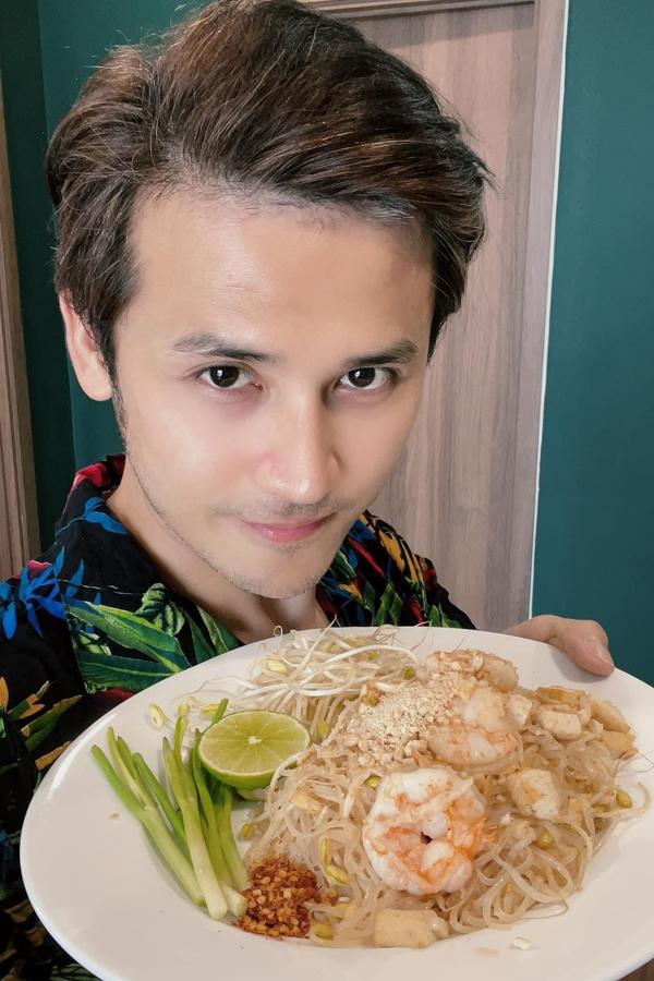 Vì quá nhớ Thái Lan, diễn viên Anh Tài gom hết thực phẩm trong tủ lạnh, chế biến món ăn Thái đãi bà xã Vũ Ngọc Ánh.