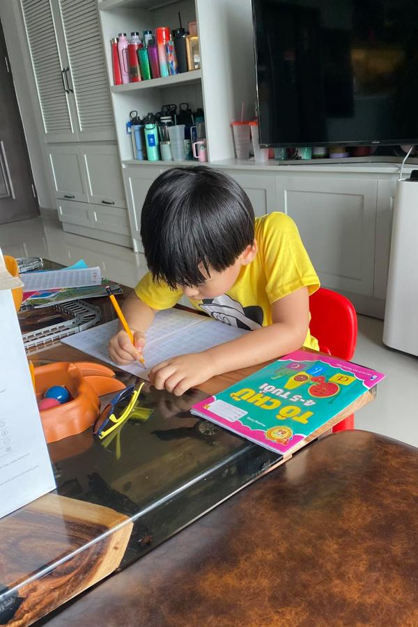 Diễn viên Ngọc Lan kể chuyện con trai học chữ tại nhà: Viết một trang mà ngồi ẹo 80 kiểu, đau bụng 20 lần, nhức 15 cái răng.