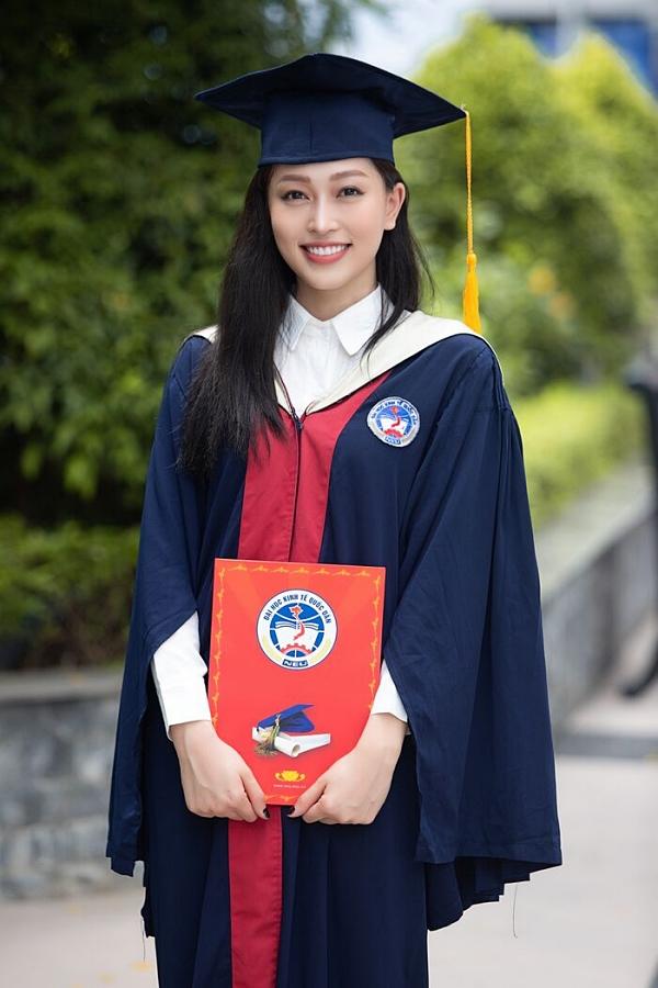 Á hậu 1 Hoa hậu Việt Nam 2018 Bùi Phương Nga vừa nỗ lực thi quốc tế, hoàn thành nhiệm kỳ vừa tốt nghiệp loại giỏi trường Đại học Kinh tế Quốc dân, Hà Nội. Trong đó, luận án tốt nghiệp của Phương Nga đạt 9,3 điểm, tương đương mức xuất sắc.