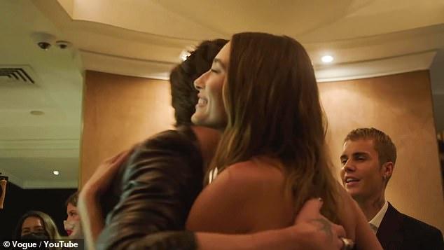 Hailey ôm Shawn Mendes