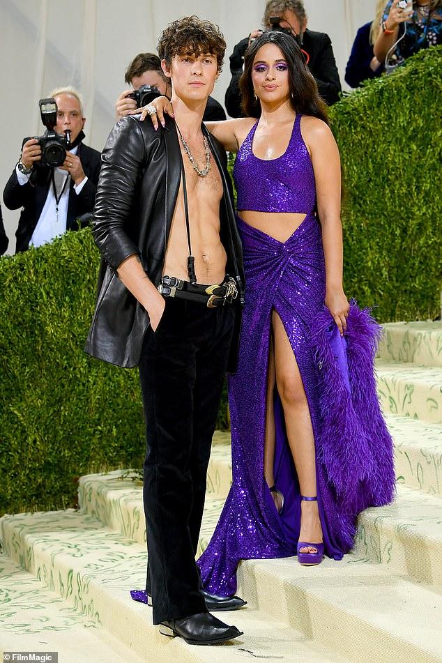 Shawn Mendes sánh đôi bạn gái tại Met Gala.