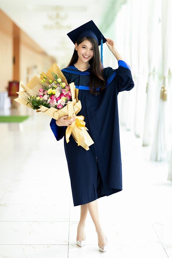 Á hậu 2 Thùy Dung trở thành cử nhân ngành Tài chính quốc tế, Đại học Ngoại thương TP HCM vào giữa năm 2018. Ngoài ra, cô có vốn tiếng Anh tốt và theo đuổi vai trò MC song ngữ nhiều năm qua.