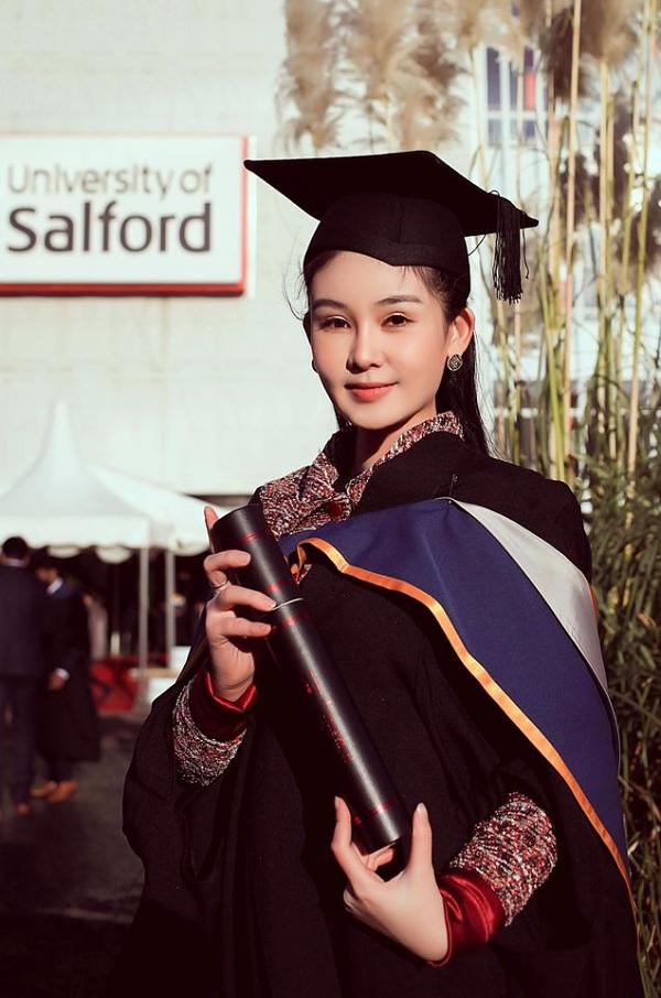Hoa hậu Đại dương 2017 Lê Âu Ngân Anh tốt nghiệp Thạc sĩ tại trường Đại học danh giá Salford (Manchester, Anh) vào cuối năm 2019. Sau đó, cô trở thành giảng viên tại trường Đại học Hoa Sen (TP HCM) và vừa được bổ nhiệm chức vụ Giám đốc chương trình Quản trị sự kiện - Kinh tế thể thao của trường.