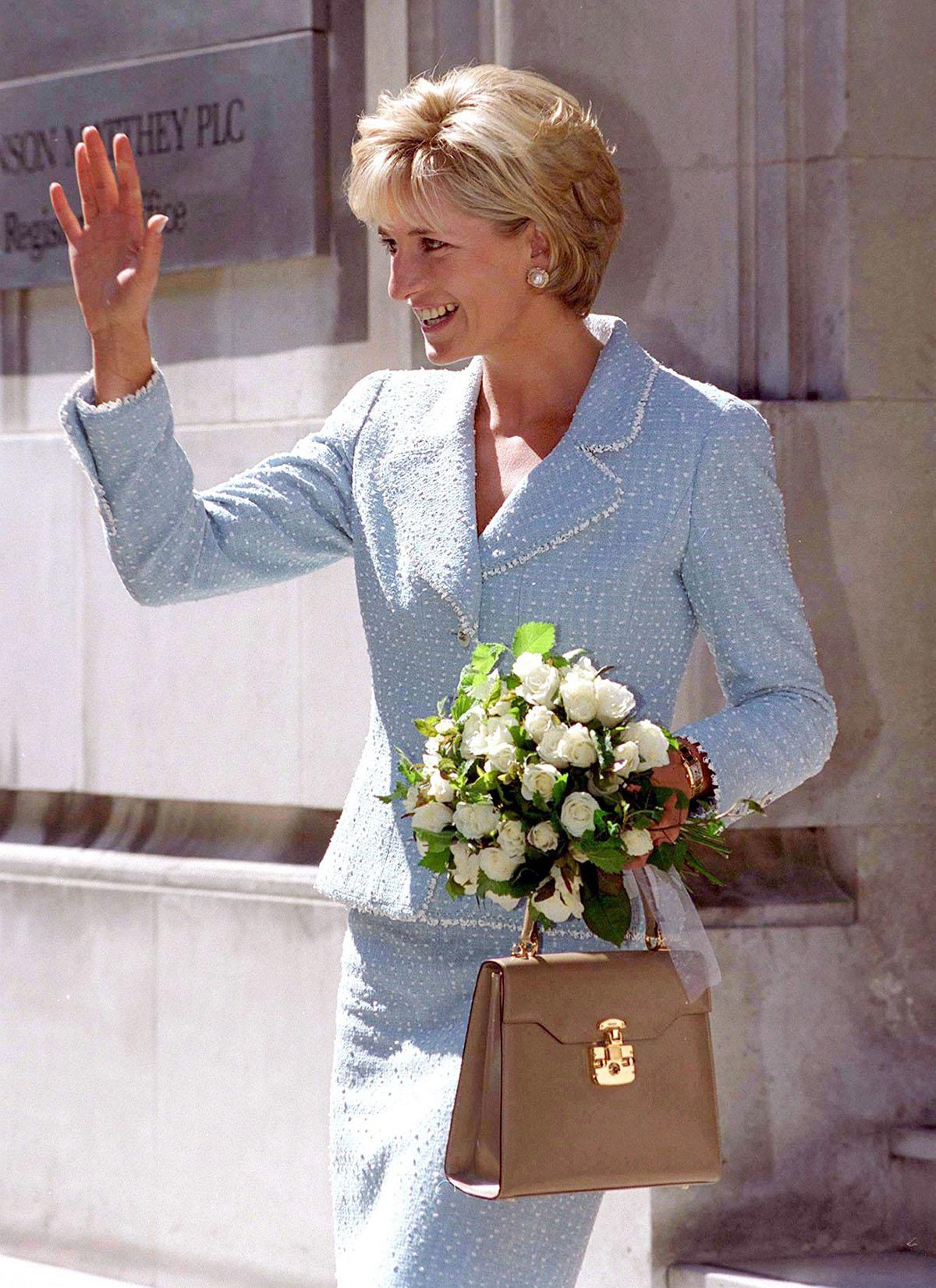 Công nương Diana đeo đồng hồ Cartier khi tham gia sự kiện của Quỹ Phổi Anh năm 1997.