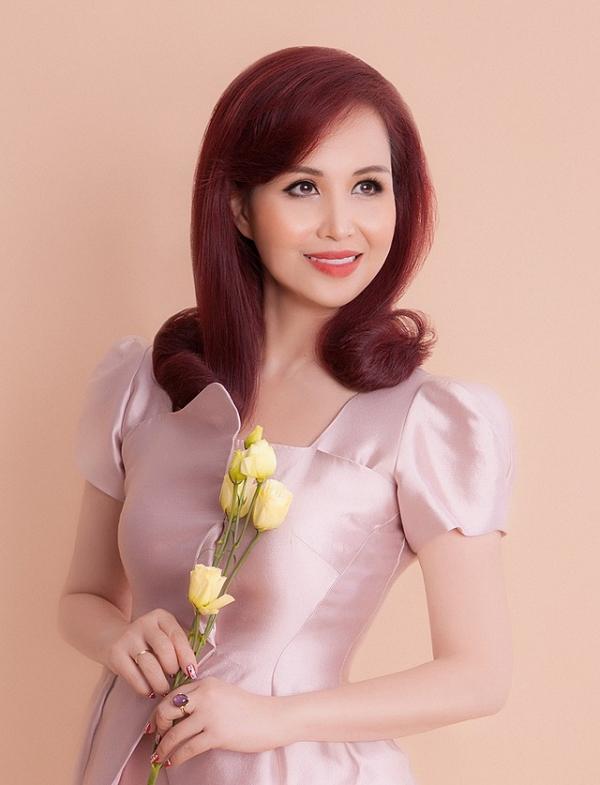 Hoa hậu Việt Nam 1992 Diệu Hoa  là sinh viên năm thứ 4 khoa tiếng Nga của Đại học Ngoại ngữ Hà Nội. Cô đã có bằng Thạc sĩ quản trị kinh doanh (MBA) tại Viện Công nghệ châu Á (AIT) ở Thái Lan. Cô thông thạo 5 thứ tiếng: Anh, Pháp, Nga, Ấn và Thái.