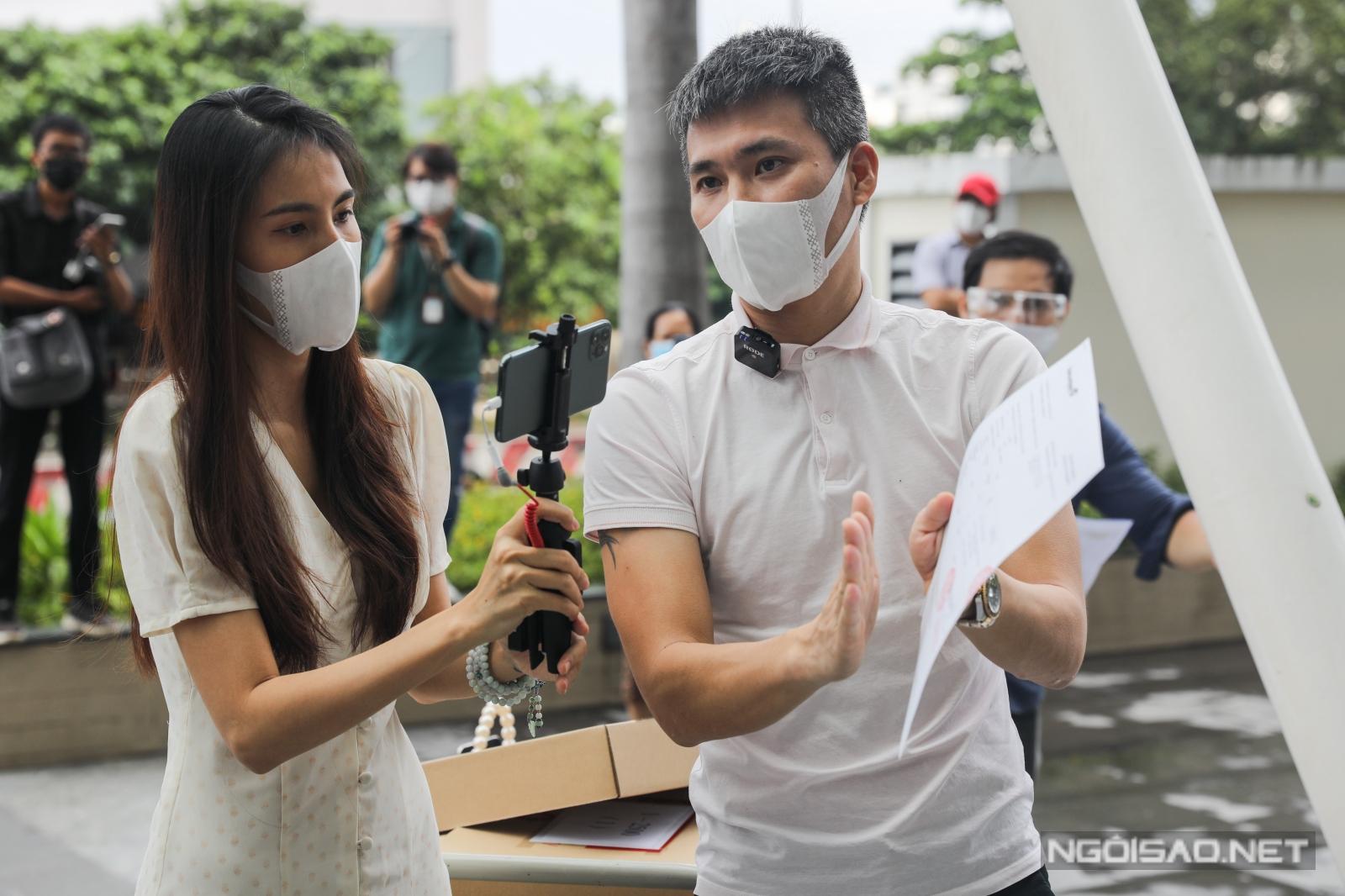 Có mặt cùng vợ, cựu cầu thủ Lê Công Vinh nói rõ ràng từng hạng mục, mốc thời gian cụ thể về việc nhận cũng như giải ngân tiền từ thiện.