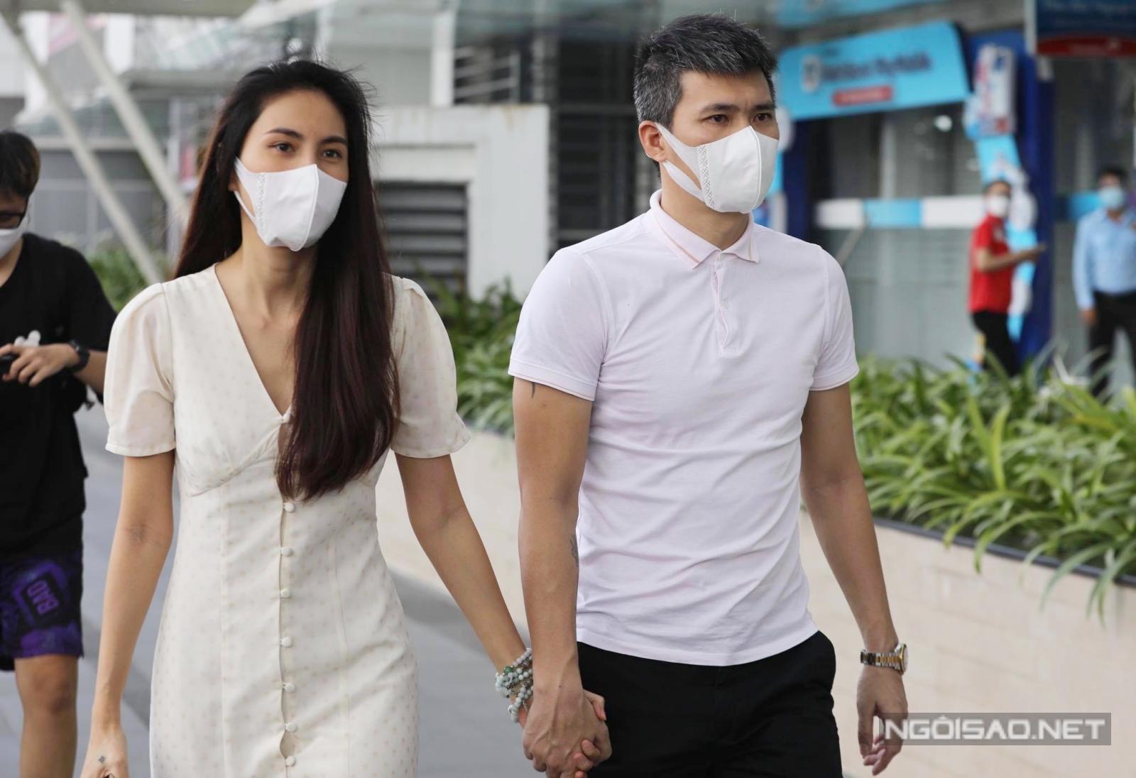 Vợ chồng Thủy Tiên ăn mặc giản dị, tiến đến chi nhánh một ngân hàng ở quận 7 để tiến hành sao kê như đã công bố trước đó.