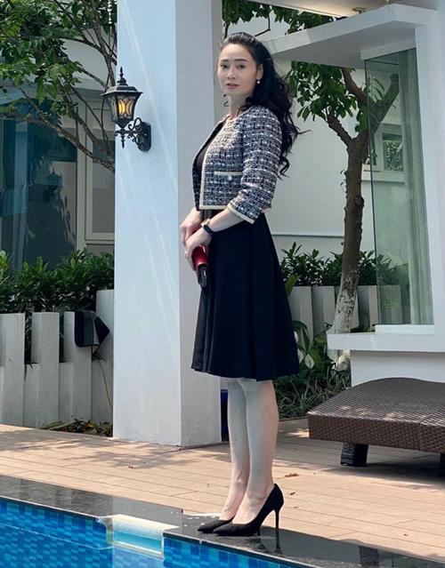 Ở tuổi 44 và trải qua hai lần sinh nở, Quách Thu Phương vẫn giữ được vóc dáng gọn gàng, mảnh mai. Thân hình trẻ trung giúp cô dễ dàng chinh phục nhiều kiểu đồ, khi diện váy áo cũng lên dáng và trông thêm trẻ trung.