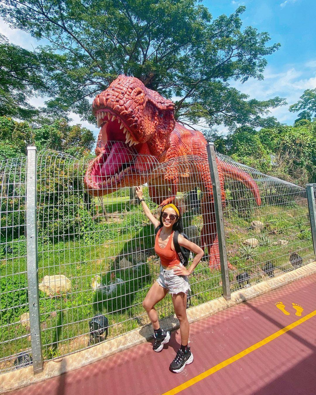 Con T-Rex đang xé rào là một trong những nhân vật hot nhất khu. Ảnh: kextay