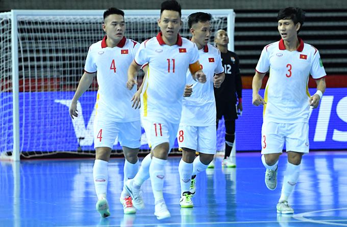 Tuyển futsal Việt Nam mừng bàn thắng mở tỷ số của Minh Trí (số 8) ở phút thứ hai. Ảnh: VFF