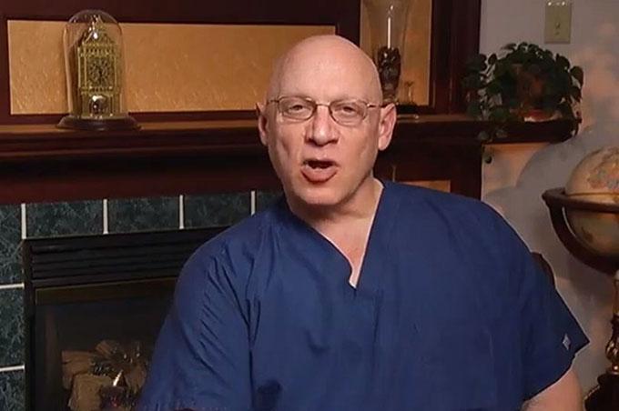 Morris Wortman vẫn hành nghề bác sĩ phụ khoa ở tuổi 70 và bị cáo buộc là cha ruột của một trong những bệnh nhân của ông. Ảnh: YouTube