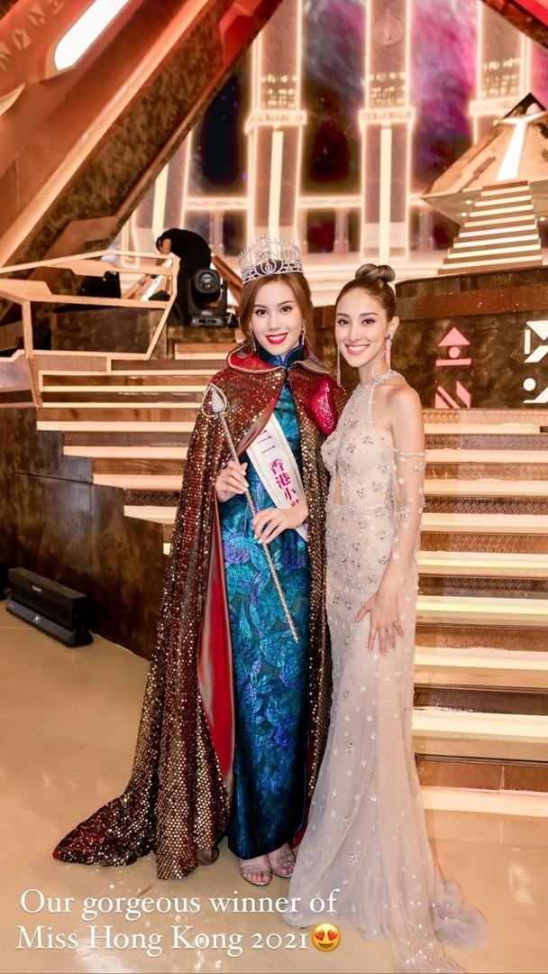 Trần Khải Lâm đứng bên hoa hậu đêm chung kết.