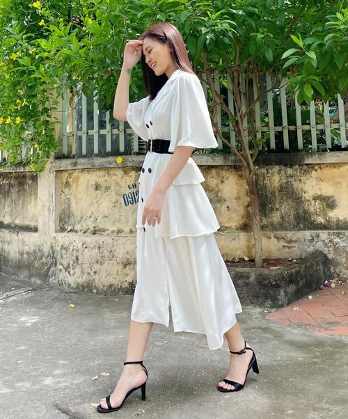 Những bộ váy nhẹ nhàng với màu sắc trung tính như đen, trắng cũng được lòng Thy. Thu Quỳnh cho biết, trang phục của cô đa phần do các nhãn hàng tài trợ. Bên cạnh đó, cô cũng sử dụng thêm những bộ cánh có sẵn trong tủ đồ, hoặc đầu tư mua mới để phù hợp với sự thay đổi của nhân vật, giúp vẻ ngoài được chỉn chu nhất.