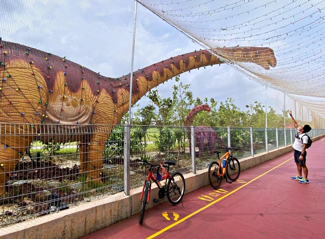 Nó nằm bên ngoài nhà ga số 4 (Terminal 4), sát công viên Bờ biển phía Đông (East Coast Park). Jurassic Mile là khu trưng bày ngoài trời dài nhất (khoảng 1 km) và mới nhất của Singapore với chủ đề về các loài khủng long được làm theo kích thước thật. Hơn 20 sinh vật tiền sử khác nhau xuất hiện dọc theo con đường dành cho người đi xe đạp và chạy bộ. Ảnh: iamrecneps