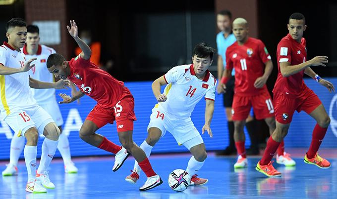 Văn Hiếu (số 14) trong trận đấu với Panama. Ảnh: Quang Thắng