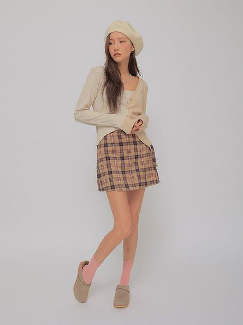 Set đồ phối màu trung tính hợp mốt thu đông với điểm nhấn là chân váy kẻ sọc ca rô vừa trẻ trung vừa thanh lịch.